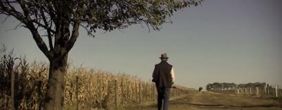 <h3>El Escondite del Pájaro</h3><br>Una niña se esconde en un campo de maíz. El peligro acecha...